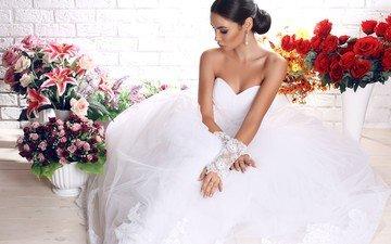 цветы, платье, брюнетка, розы, макияж, прическа, в белом, позирует, красотка, невеста, перчатки, букеты, . девушка