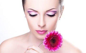 девушка, фон, цветок, модель, плечи, губы, лицо, макияж, тени, ресницы, шея, гербера