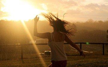 небо, деревья, солнце, девушка, забор, луч, танец, дождь, волосы