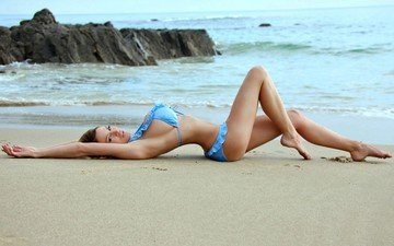 берег, девушка, поза, песок, пляж, взгляд, океан, лицо, фигура, купальник, лежа