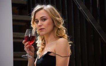 лестница, девушка, блондинка, портрет, взгляд, бокал, волосы, лицо, вино, черное платье, vika p