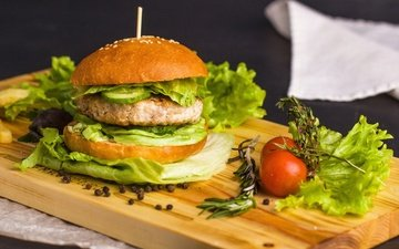 листья, доска, гамбургер, котлета, помидор, салат, булочка, специи