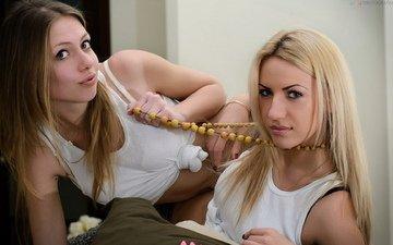 взгляд, грудь, волосы, две девушки, маечка