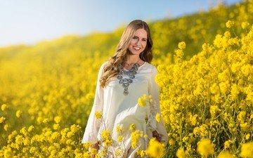 цветы, девушка, платье, блондинка, улыбка, поле, лето, модель, лицо