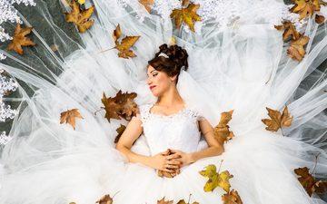 листья, девушка, улыбка, осень, кольцо, лицо, макияж, прическа, невеста, свадебное платье, свадебная платье