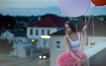 девушка, поза, взгляд, улица, модель, здание, лицо, крыша, воздушные шарики, длинные волосы