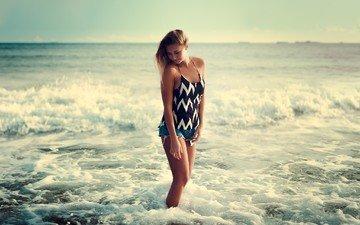 берег, волны, девушка, море, поза, горизонт, модель, лицо, джинсовые шорты