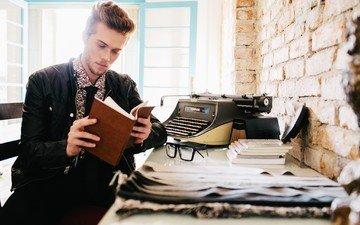 парень, очки, книги, часы, окно, мужчина, борода, солнечный свет, пишущая машинка, ежедневник