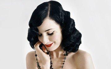 девушка, улыбка, портрет, брюнетка, лицо, бусы, красная помада, дита фон тиз, голые плечи