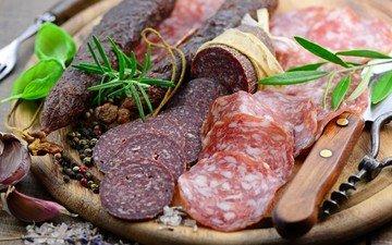 колбаса, чеснок, салями, розмарин, нарезка, базилик, колбасные изделия