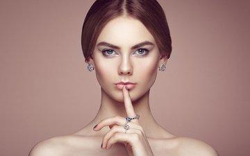 украшения, девушка, портрет, взгляд, модель, лицо, кольца, голые плечи, oleg gekman, палец на губах