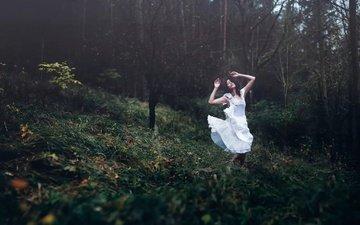 природа, лес, девушка, поза, танец, белое платье, andrea peipe