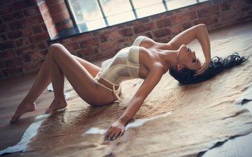 брюнетка, взгляд, модель, комната, ножки, окно, тело, белье