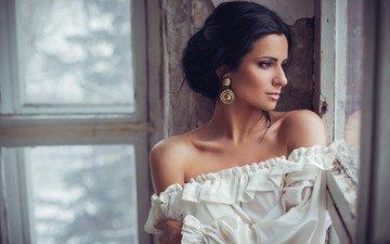 девушка, брюнетка, взгляд, модель, профиль, окно, сёрьги