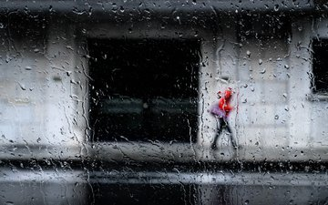 капли, город, улица, дождь, стекло, прохожий