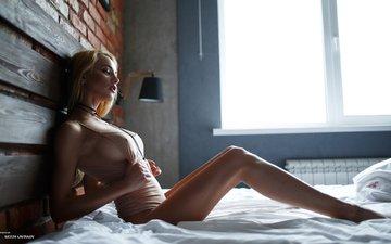 девушка, блондинка, стена, доски, грудь, ножки, кирпич, окно, макияж, фигура, на кровати, боди, юлия, артем савинков