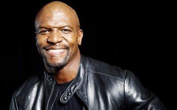 улыбка, взгляд, актёр, черный фон, лицо, мужчина, терри крюс, кожаная куртка