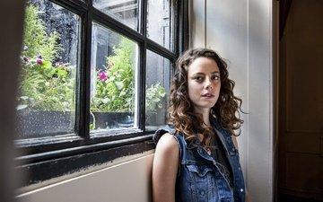 девушка, портрет, взгляд, модель, лицо, актриса, прическа, стоит, шатенка, джинсовка, у окна, кая скоделарио