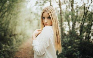 деревья, платье, поза, блондинка, взгляд, тропинка, модель, макияж, в белом, на природе