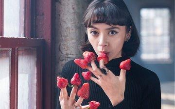 девушка, клубника, взгляд, ягоды, руки, пальцы, кольца