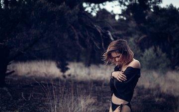 девушка, позирует, в чёрном, в лесу