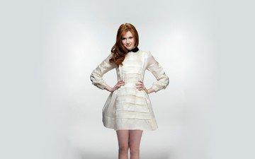 девушка, поза, улыбка, рыжая, актриса, белый фон, фигура, белое платье, знаменитость, карен гиллан