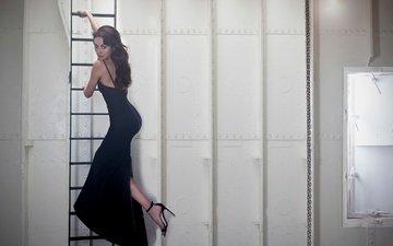 лестница, платье, поза, брюнетка, фигура, туфли, ольга куреленко, фотосессия, ольга куриленко, в чёрном, sarah dunn