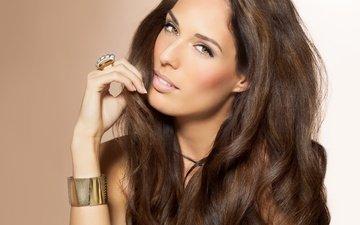рука, украшения, улыбка, взгляд, модель, кольцо, браслет, макияж, длинные волосы