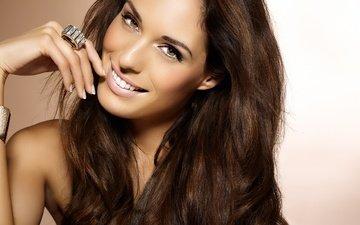 рука, девушка, улыбка, портрет, взгляд, модель, кольцо, волосы, лицо, жест, длинные волосы