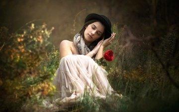 трава, девушка, настроение, цветок, роза, шляпа, закрытые глаза
