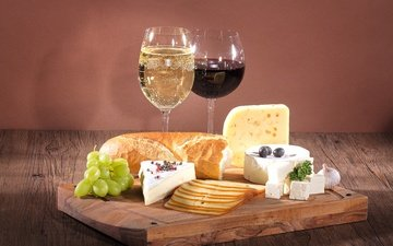 grapes, bread, wine, glasses, olives