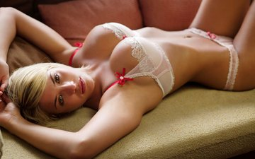 девушка, взгляд, трусики, грудь, губы, диван, белье, животик, гемма аткинсон