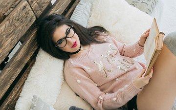 девушка, очки, модель, ножки, чулки, книга, черные волосы, в постели, анна вольф