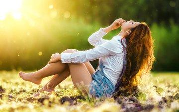 трава, девушка, модель, сидит, шатенка, закрытые глаза, джинсовые шорты, gelaia donzalez