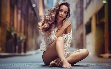 дорога, девушка, модель, ножки, волосы, здание, шатенка, сидя