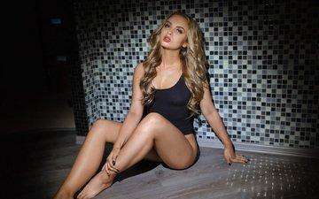 блондинка, стена, модель, волосы, нижнее белье, сидя