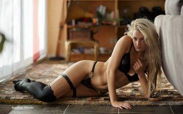 блондинка, модель, позирует, в белье, длинные волосы