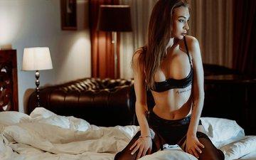 поза, взгляд, модель, чулки, волосы, татуировка, подвязки, черное белье, в постели, на коленях