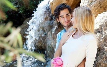 цветы, камни, девушка, блондинка, улыбка, водопад, парень, любовь, букет, пара, брюнет
