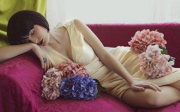 цветы, девушка, платье, брюнетка, диван, помада, закрытые глаза, гортензия, mara saiz