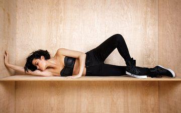 брюнетка, модель, джинсы, актриса, лежа, закрытые глаза, джейми александр