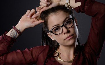 девушка, брюнетка, взгляд, очки, волосы, лицо, актриса, татуировка, татьяна маслани, tatiana maslany