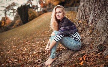 дерево, листья, блондинка, взгляд, осень, лицо, ева, босиком, lods franck, рваные джинсы, ева микульски