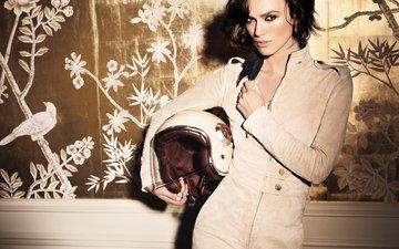 глаза, стиль, девушка, брюнетка, взгляд, шлем, комната, актриса, кира найтли, комбинезон