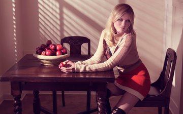 блондинка, яблоки, стол, юбка, стул, актриса, макияж, фигура, сапоги, фотосессия, кирстен данст