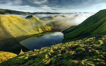 небо, трава, облака, вода, озеро, горы, скалы, холмы, природа, камни, зелень, отражение, пейзаж, туман, исландия, водохранилище, рельеф, возвышенность, хребет