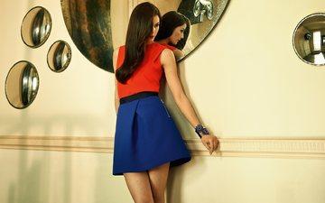 девушка, брюнетка, юбка, зеркало, модель, длинные волосы, nina doeinghaus