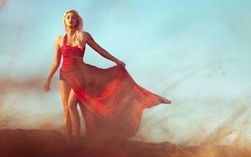 девушка, блондинка, татуировки, пыль, красное платье, длинные волосы