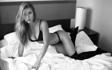 девушка, взгляд, чёрно-белое, модель, длинные волосы, в постели