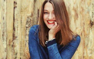 девушка, улыбка, портрет, взгляд, волосы, лицо, красная помада, джинсовка